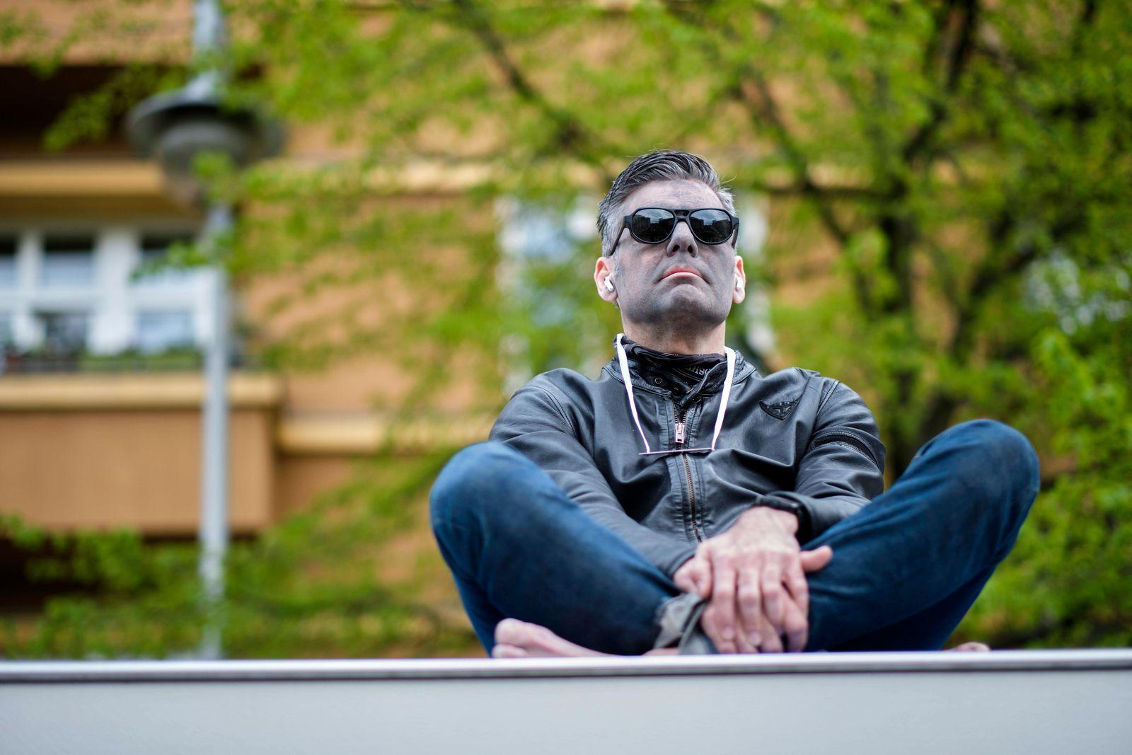 Anti-Corona-Demo Deutschland, Berlin, 25.04.2020, Meditation, Ken Jebsen, Volksbühne am Rosa-Luxemburg-Platz, Â *** Ant