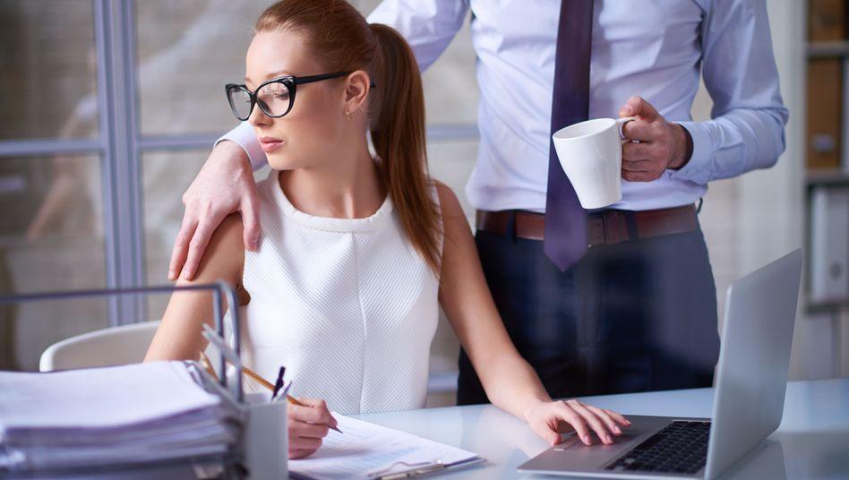 Wer auf der Arbeit ungewollt angemacht oder angefasst wird, kann sich an die Beschwerdestelle im Betrieb wenden - sofern es eine gibt