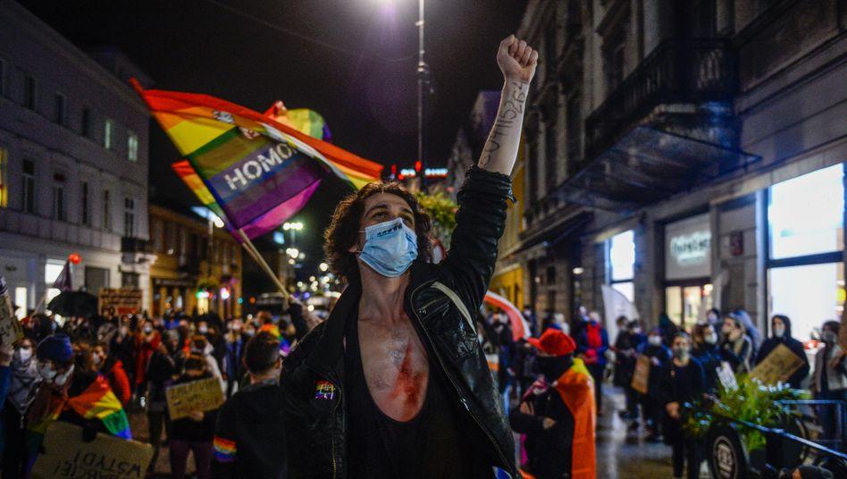 Ein Mann engagiert sich bei einer LGBTQ-Demo in Warschau gegen die restriktive Politik der polnischen Regierung