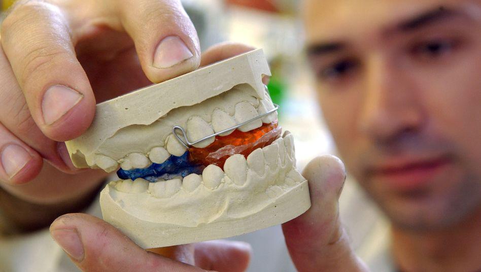 """Zahnspangen: """"Ohne seriöse wissenschaftliche Evidenz über Nutzen, Risiken und Nebenwirkungen"""""""
