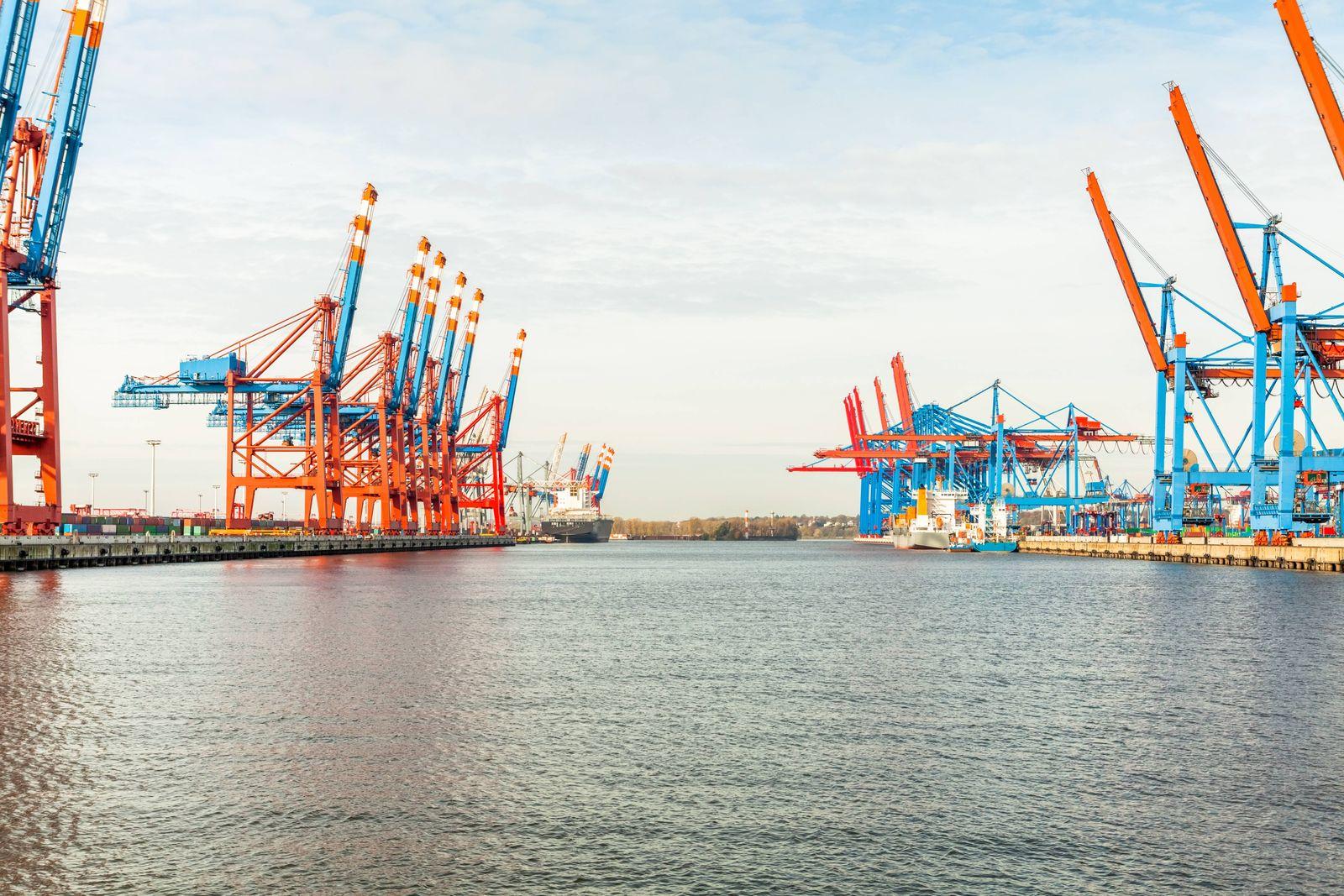 kontainerkran beladung hafen in hamburg an der elbe meer transport handel fracht