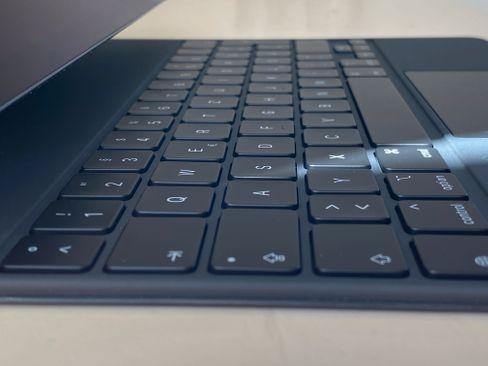 Die Tastatur ist der in den neueren MacBook-Modellen sehr ähnlich und überdies beleuchtet, sodass man die Tasten auch bei Dunkelheit gut erkennen kann