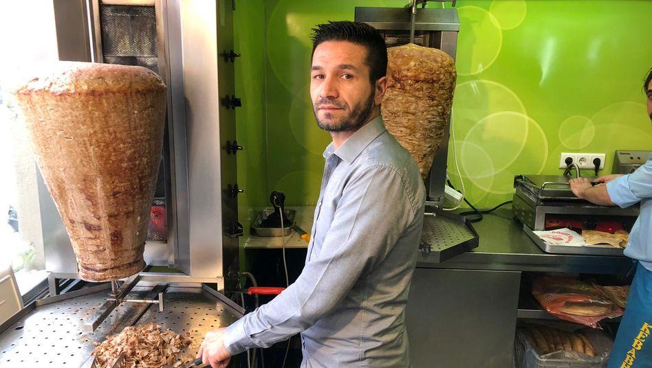 """Wirt Cagac in seinem Imbiss """"Kiez Kebabhaus"""": """"Hier essen oder mitnehmen?"""""""