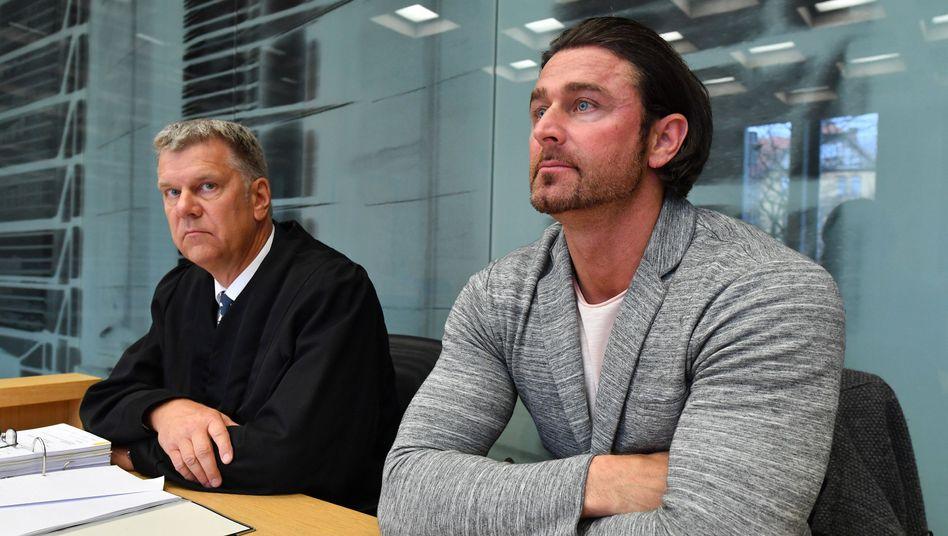 Ex-Bundesligatorhüter Heinz Müller (r.) mit Anwalt Horst Kletke