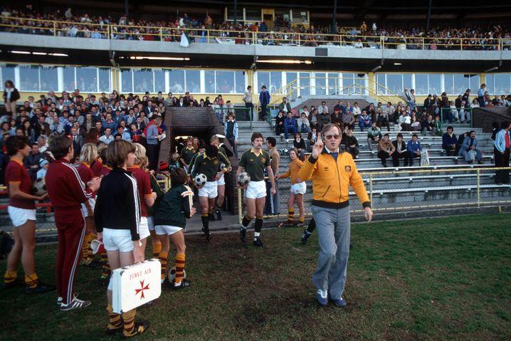 Rudi Gutendorf betritt den Platz: Hier als Nationaltrainer Australiens