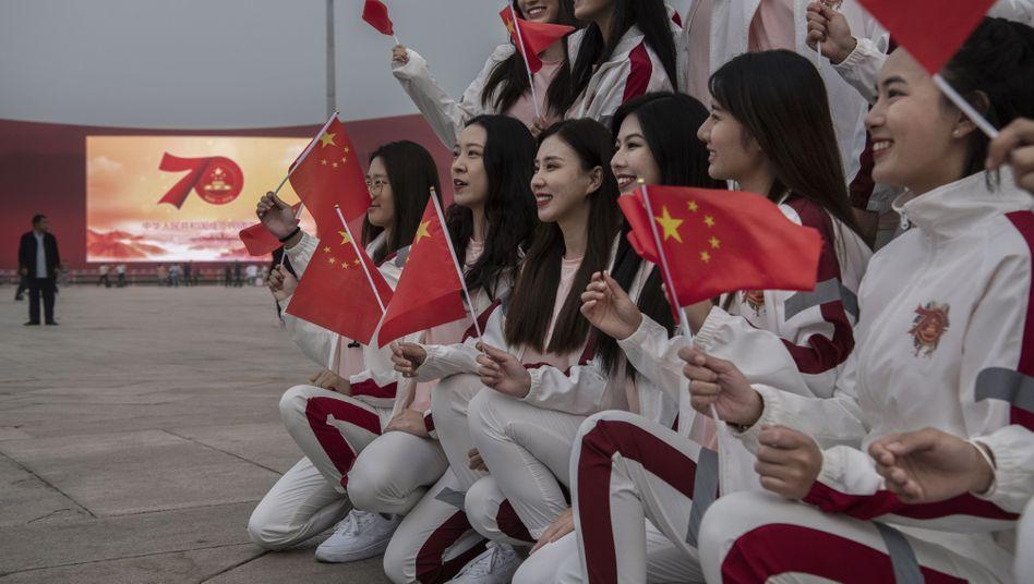 Chinesische Studentinnen auf dem Tiananmen-Platz in Peking