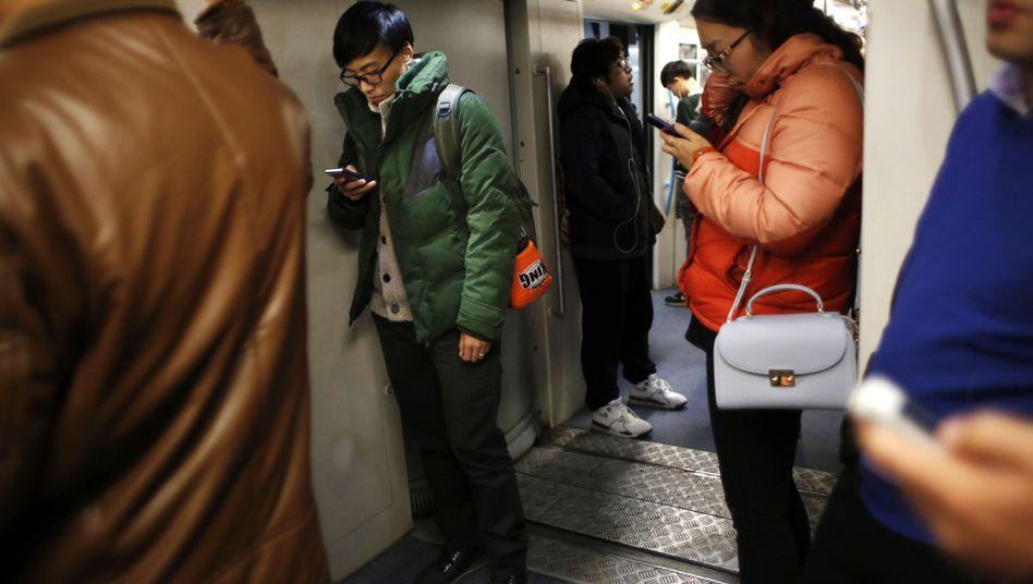 Handynutzer in der U-Bahn von Shanghai