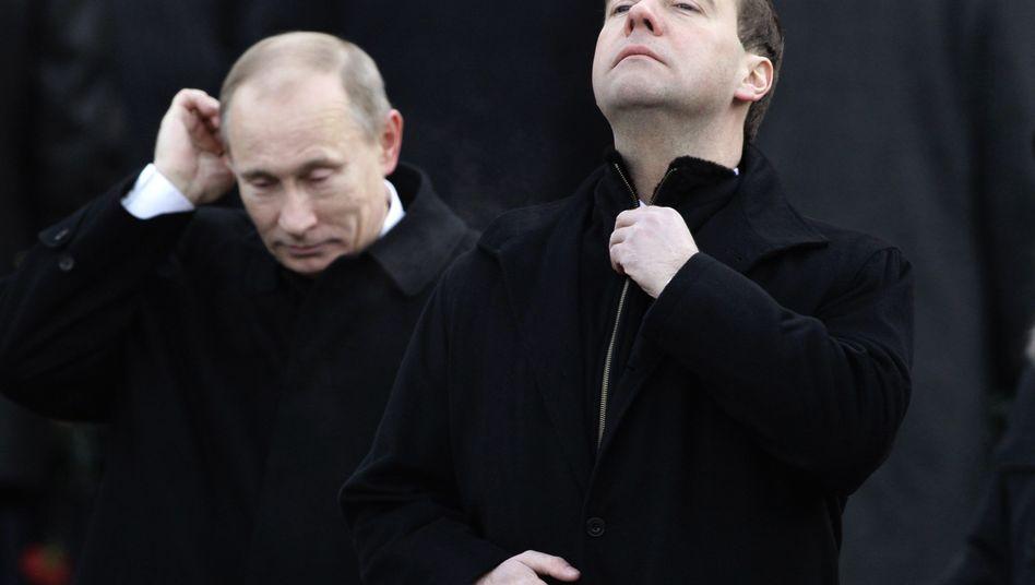 """Russlands Premier Putin (l.), Präsident Medwedew: """"Politisches Erdbeben"""""""