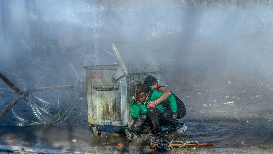 Griechische Grenzschützer setzten bei Edirne Tränengas und Wasserwerfer gegen Geflüchtete ein
