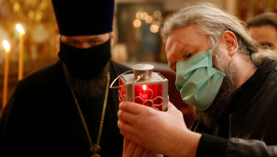 Mönche beim Entzünden des Osterlichts im Kiewer Höhlenkloster