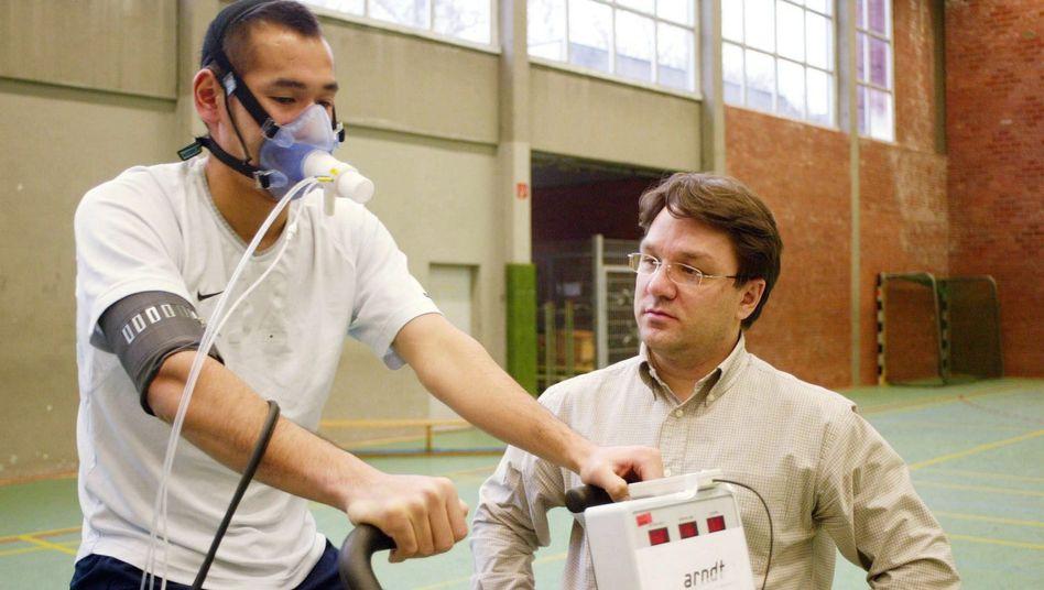 Sportler bei der Ergospirometrie: Vermessung des Körpers