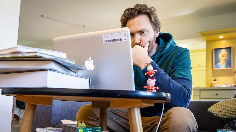 Dieser Lehrer unterrichtet seine Schüler in der Schweiz per Fernunterricht - wie auch viele Lehrkräfte in Deutschland