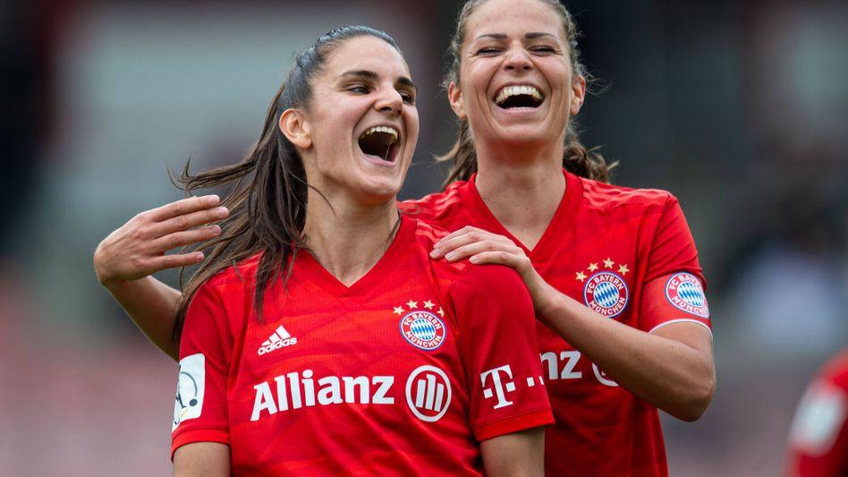 Melanie Leupolz (rechts) verlässt den FC Bayern in Richtung London.