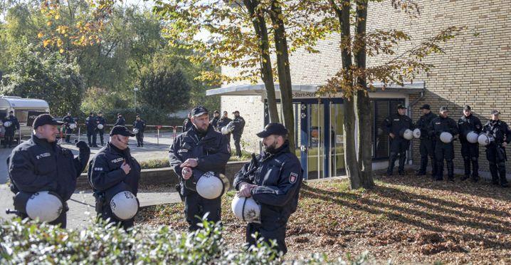 Polizisten vor der Uni: Schutz der Freiheit der Lehre