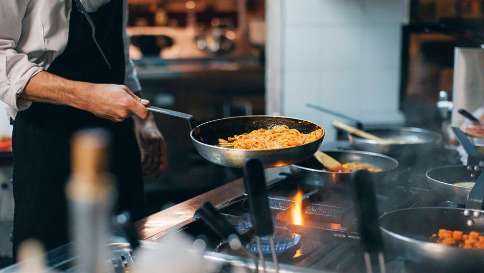 Guten Köchen gibt man eine Pfanne. Oder auch mal zwei oder drei