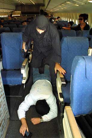 US-amerikanischer Sky Marshal während einer Übung: Piloten fordern striktere Kontrollen am Boden statt bewaffneter Begleiter