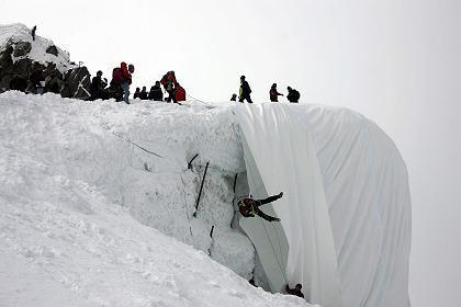 Folie für den Gletscher: Der Gurschengletscher hat sich in den letzten 15 Jahren um 20 Meter von der Bergstation zurückgezogen