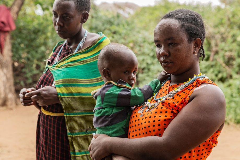Namayani Saruni (rechts) mit Kind und einer anderen Frau aus ihrer Selbsthilfegruppe