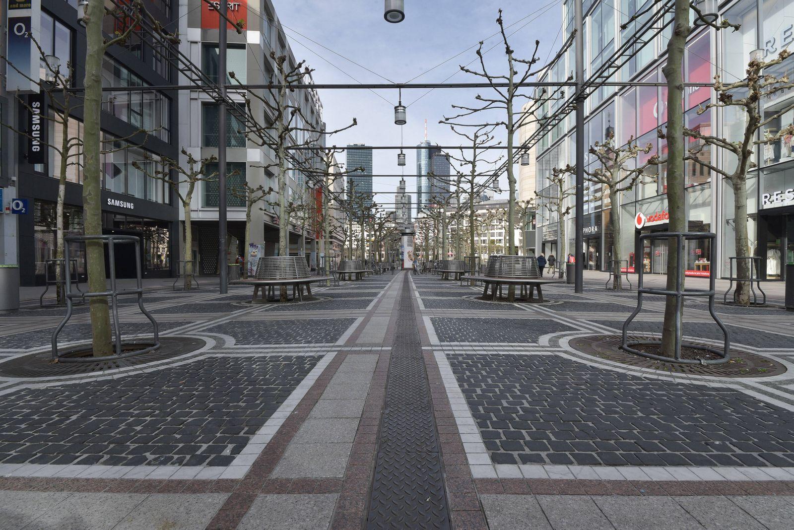 15.04.2020, xblx, Tag der Entscheidung: kommt es zu Lockerungen?, nur wenige Menschen auf der Zeil, emwirt Frankfurt am