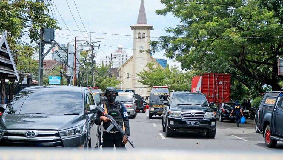 Polizisten sichern das Gebiet rund um die Kirche in der Stadt Makassar auf Sulawesi