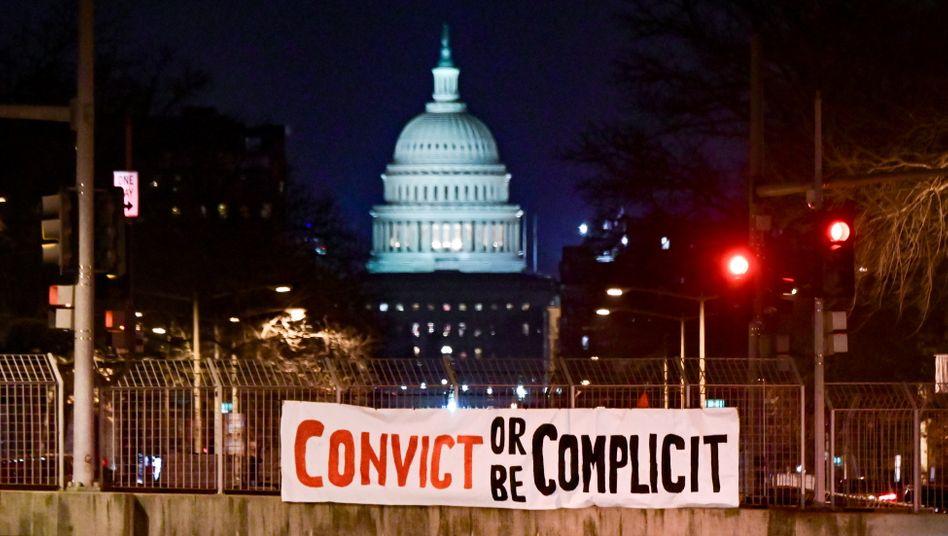 »Verurteilen oder Komplize sein«: Ein Banner vor dem US-Kapitol mahnt die Senatoren