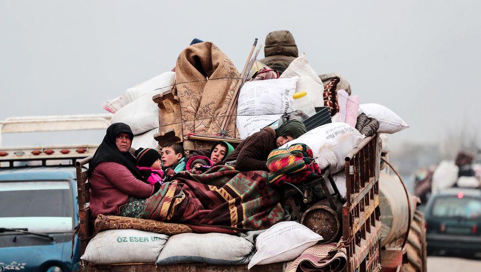 Das Wichtigste auf Lkws geladen, flüchten Hunderttausende Syrer Richtung Norden