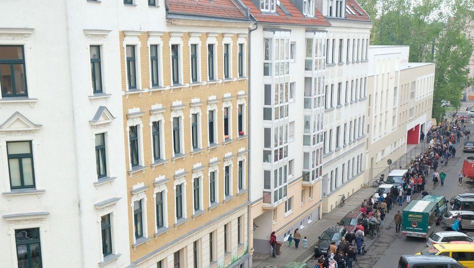 Schlange von Eltern, die in Leipzig auf einen Kita-Platz hoffen