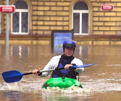Ein Mitglied der Hilfskräfte paddelt in einem Kajak in das Stadtzentrum von Prag: Die tschechische Hauptstadt erlebt die schlimmste Flutkatastrophe seit mehr als einem Jahrhundert