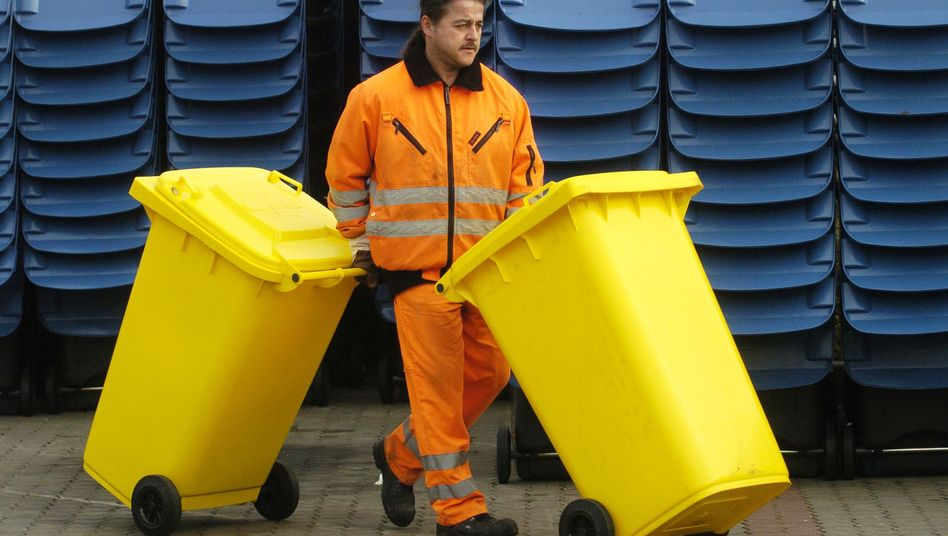 Mitarbeiter von Entsorgungsfirma mit Gelben Tonnen: Kampf um die Rohstoffe