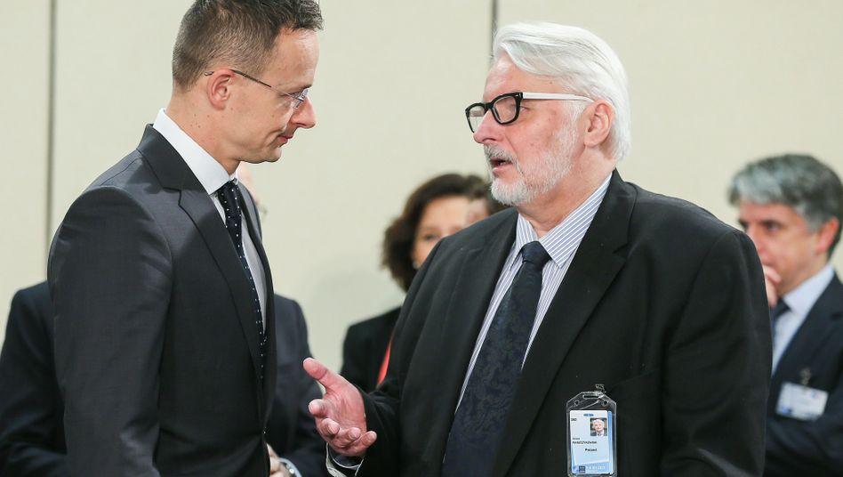 Ungarns Außenminister Szijjártó (l.) und Polens Außenminister Waszczykowski