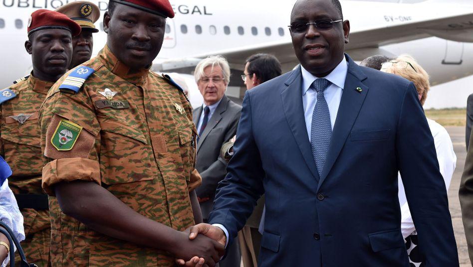 Übergangspräsident Zida (l.) mit Senegals Staatschef Sall: Einjähriger Übergang