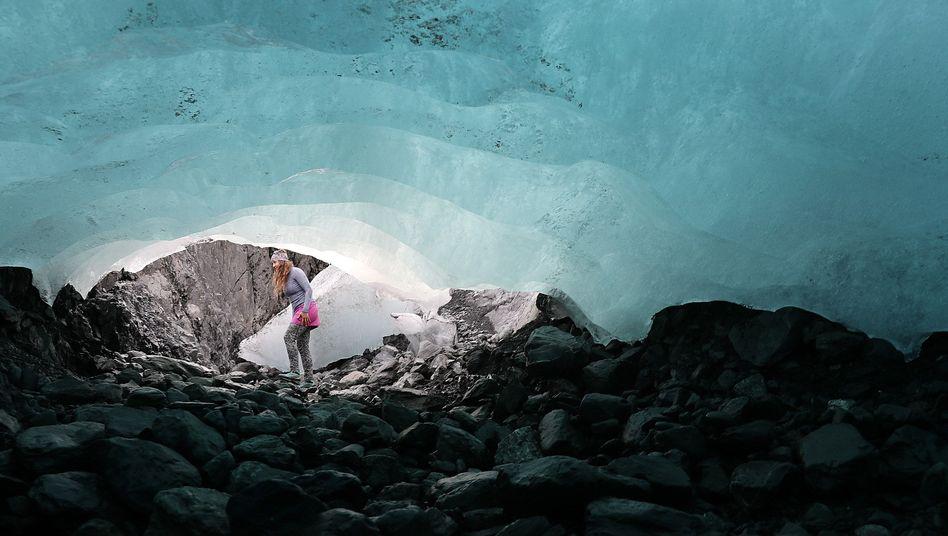 Eine Forscherin an einem schmelzenden Gletscher in Alaska
