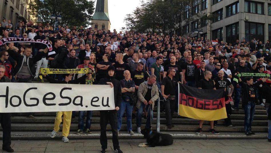 Reden, rülpsen, Bier trinken: Hooligans in Dortmund