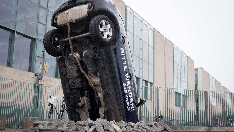 Harte Landung fürs Auto: Protestaktion von Greenpeace vor dem Kanzleramt