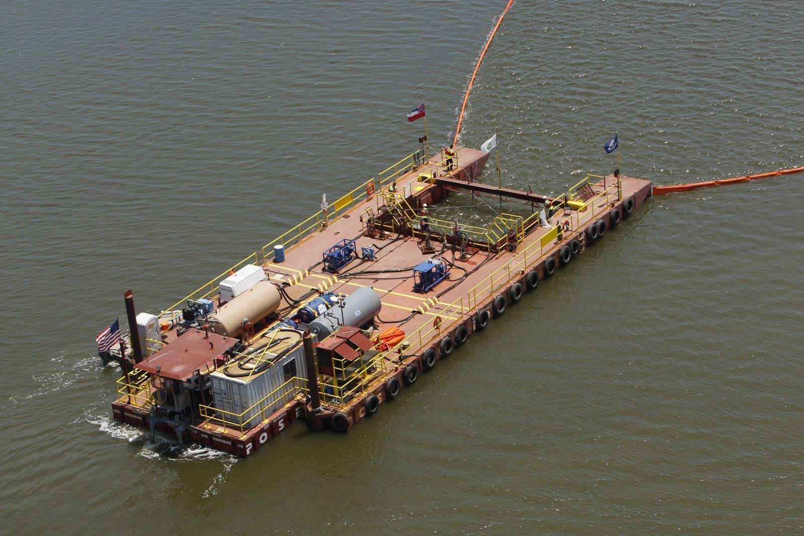 Ölpest im Golf von Mexiko - Absaugen des Wasser-Öl-Gemisches