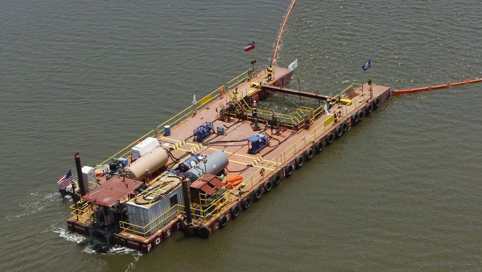 Öl-Absaug-Schiff im Golf von Mexiko: Hoffnungen liegen auf einem neuen Trichter