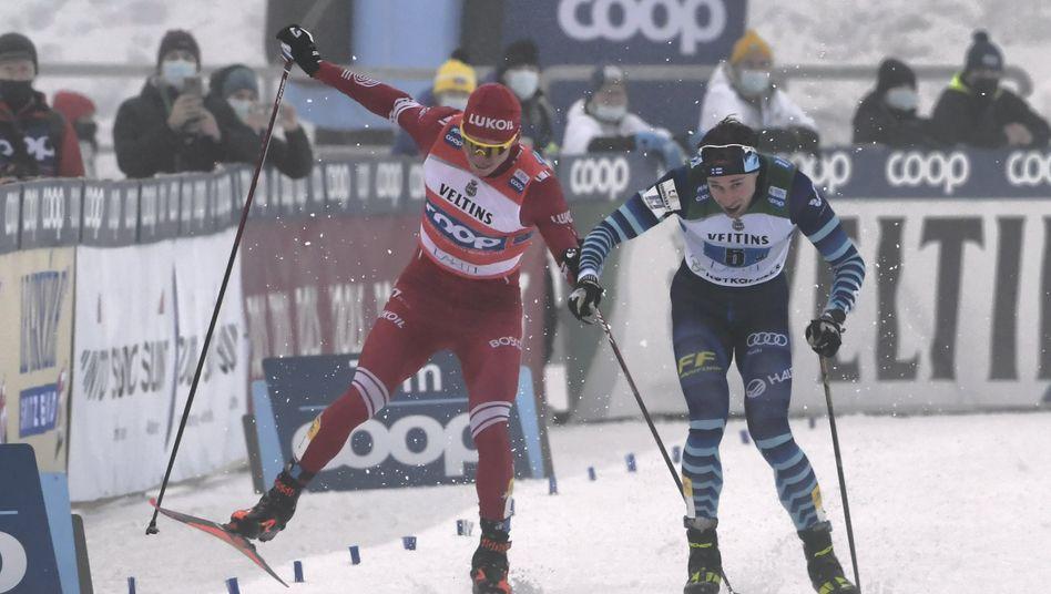 Der Zielsprint zwischen Alexander Bolschunow (links) und Joni Mäki hatte ein Nachspiel