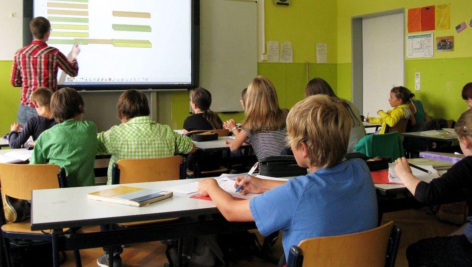 Lehrer vor einem Whiteboard (Symbolbild)