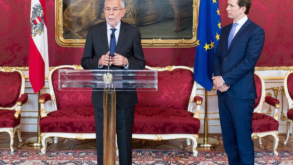 Am Mittag will der österreichische Bundespräsident Alexander Van der Bellen (l.) vier neue Minister vereidigen