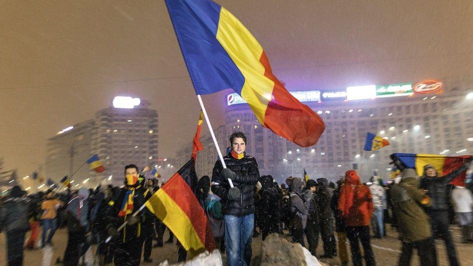 Jungpolitiker Burduja (M.), Demonstranten in Bukarest: »Sie sind korrupt und haben unser Vertrauen verloren«