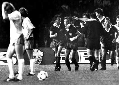 BFC-Stürmer Thom, Mitspieler Schulz: Jubel über einen Treffer im Europapokal der Landesmeister 1988 gegen Bremen
