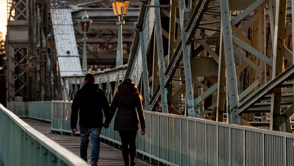Ein Paar in Dresden: Ausgangsbeschränkungen in Kraft