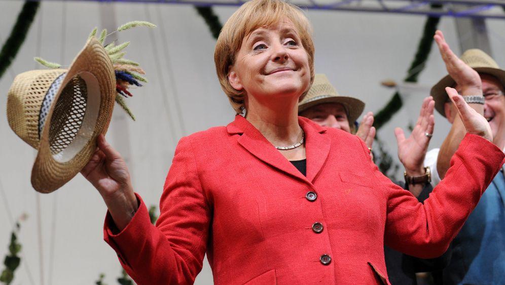Merkel und ihre Minister: Krisen-Wahlkampf im Bierzelt