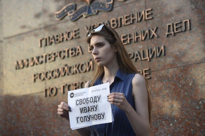 """""""Freiheit für Iwan Golunow"""" - eine Frau demonstriert vor dem Innenministerium in Moskau"""