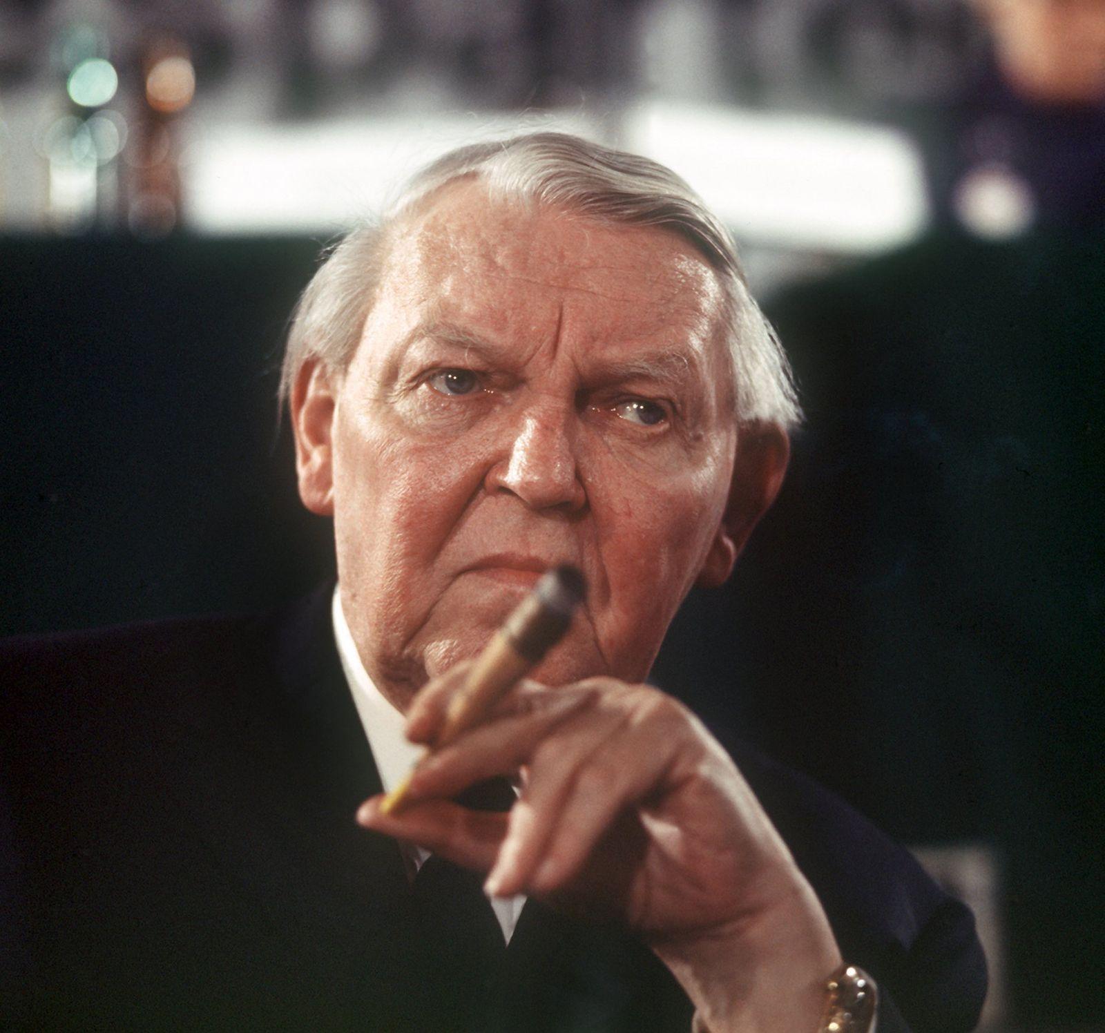 Ludwig Erhard mit Zigarre