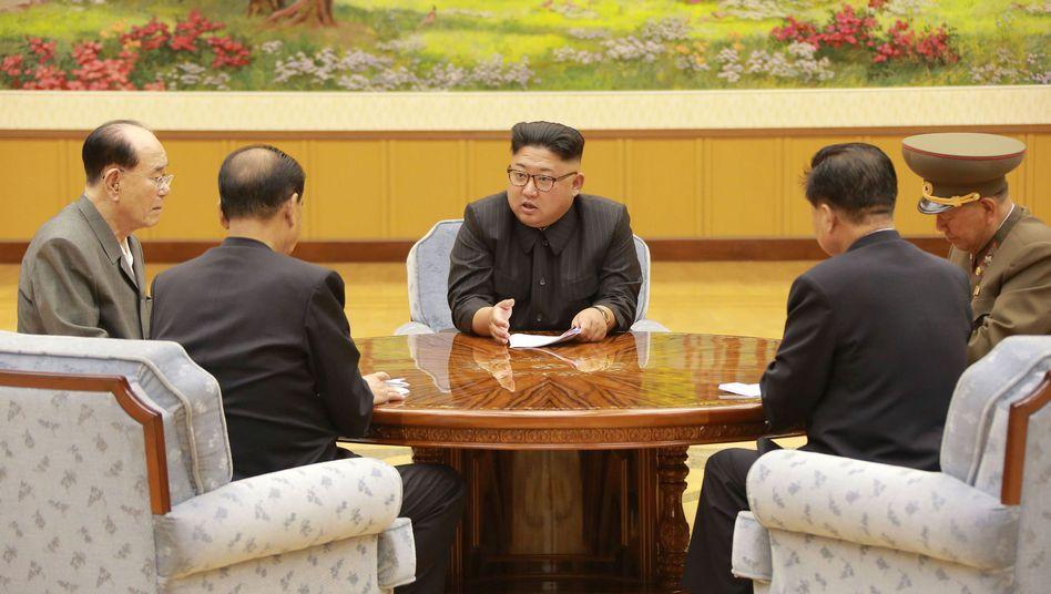 Kim Jong Un mit Vertretern des Zentralkomitees der Partei der Arbeit