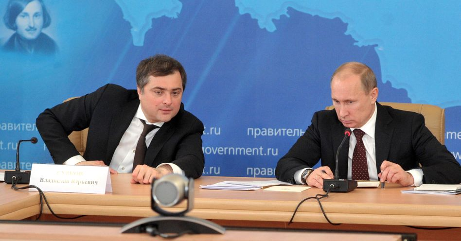 An Putins Seite: Wladislaw Surkow (l.) neben dem damaligen Premierminister - und jetzigen Präsidenten