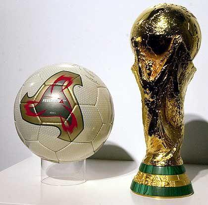 WM-Ball: Nicht nur bei Fußballern umkämpft