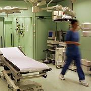 A nurse walking though an operating theater: In Germany women earn far less than men.