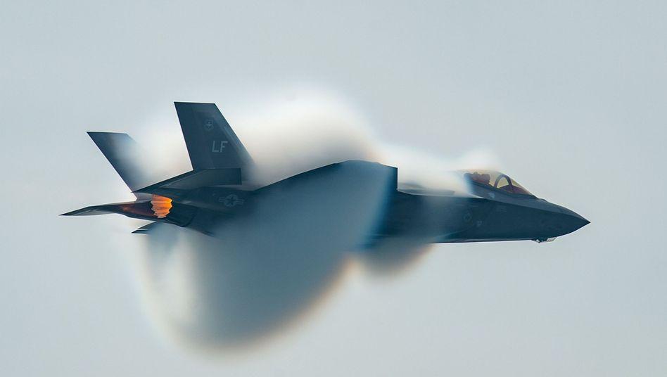 F-35-Jet der US-Luftwaffe beim Überschallflug